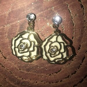 NEW 🆕 white and gold flower dangling earrings